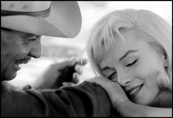 MARILYN MONROE AND CLARK GABLE ON THE SET OF THE FILM MISFITS BY CORNELL CAPA.